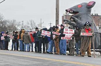 (2011年,迈图高新材料集团纽约沃特福德工厂门前,工人们举牌罢工抗议