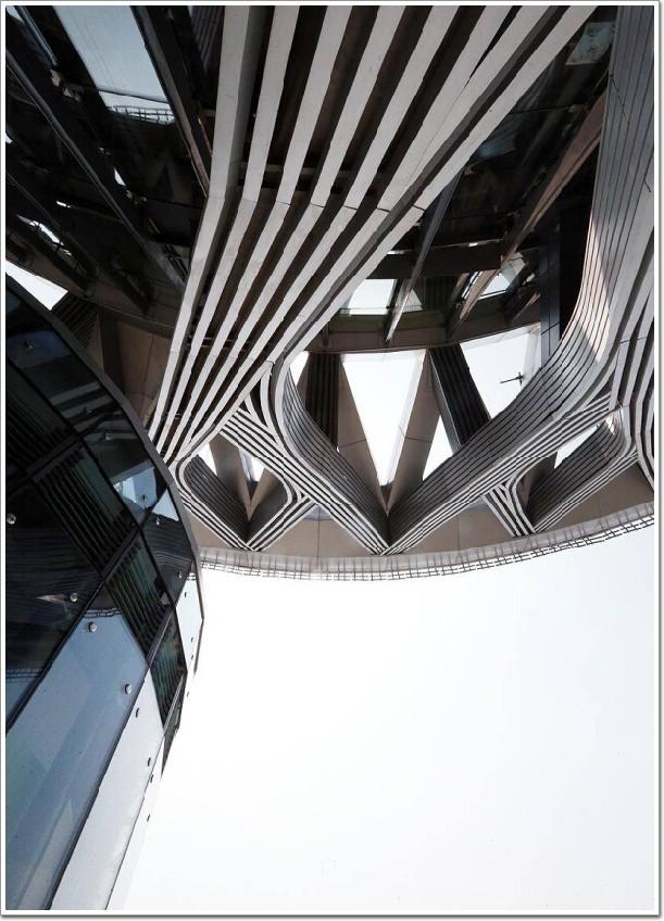 本篇文章内容由[中国幕墙网]编辑部整理发布:   日前,在奥林匹克中心区的制高点上,北京奥林匹克观光塔顶新架起的五环标识异常亮眼。安装完成后的奥运五环标志不仅会旋转,还能发光,五环标志正面和背面设置了200支LED灯管,为五环标志营造绚丽却不刺眼的灯光效果,另外,在奥林匹克塔的2、3、4、5号塔的塔身也将增加了网幕灯,而新增加的网幕灯不仅颜色可以尽情变换,而且还可以通过编程软件来使塔身完成不同的场景切换。目前,五环工程已经全部完工,首次进行整体全方位调试亮灯,同时,北京也将成为继加拿大蒙特利尔之后,第