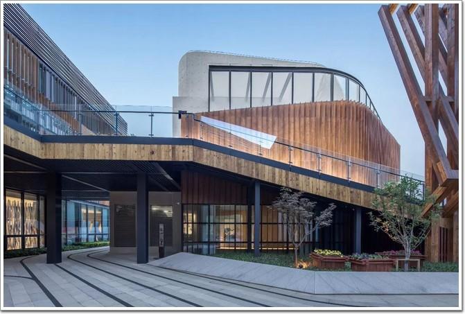展厅围绕在空间中心的位置设计了伞状结构木柱,八根斜柱发散至屋顶