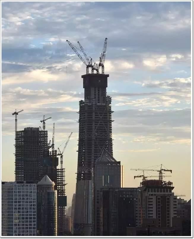 工程主要结构体系由外框筒和核心筒组成,其中外框筒由巨型柱,巨型斜