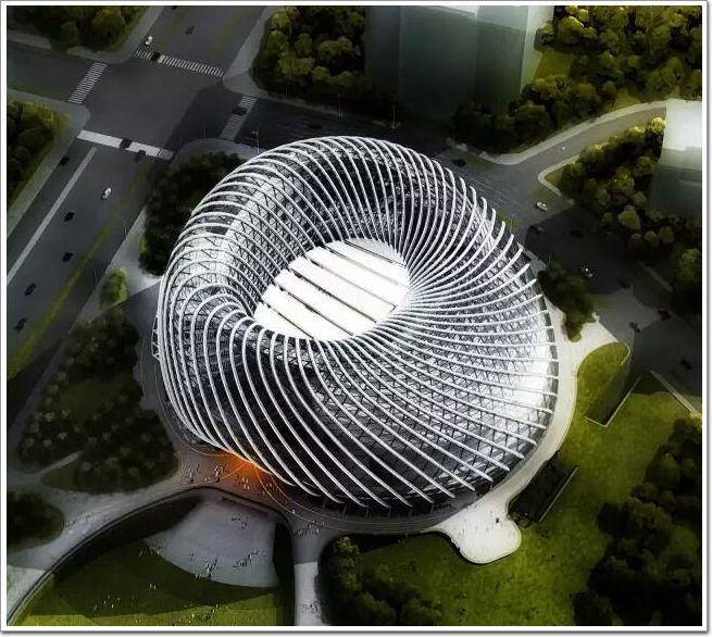 凤凰中心位于北京朝阳公园的西南角,它的 名叫做凤凰国际传媒中心。 凤凰卫视大家都很熟悉,曾几何时家里能收到凤凰卫视就被视为非常高级的象征,因为那是来自香港的节目,总觉得能从里面看到我们不该看到的内容。   就是这样一个来自香港的凤凰,当他要做凤凰中心的时候首先确定的却是这个项目我们绝对不用国外建筑师,必须由中国建筑师完成方案。后来凤凰总裁在说到这个事情的时候表示,做出这样的决定是因为他们认为凤凰是中文台,凤凰是中国的凤凰文化,凤凰中心要建在北京的朝阳,所有的这些外国人都很难理解,所以一定要用中国建筑