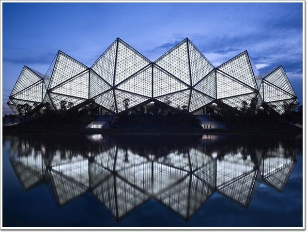 其中屋面结构系统由224根三角形钢架做骨架,7776块9393平方米的聚碳酸